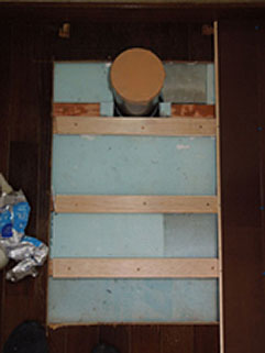 根太補強、断熱材入れと 新しい便器用に排水位置を 移動しました。(施工前)