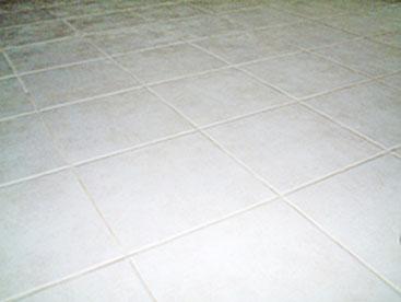 床に300角のタイルをはってみました。