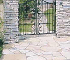 雑然と並ぶ石がアプローチを飾る