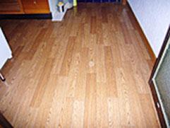 フローリング解体後、新設で床を作り直してフローリング張のタイルをはりました。