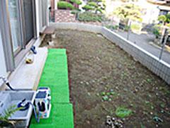 庭との境にレンガで境を作り、防犯砂利をひいてみました。