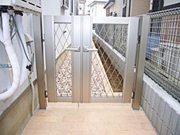 門を新設し、床はインターロッキングブロックをはりました。