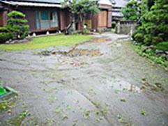 土で水はけが悪いため地盤改良後、ビリ砂利をひきました。