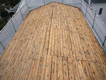 既存屋根材を降ろして野地板の状態です。