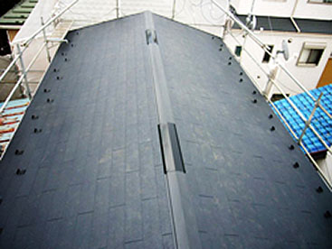 屋根材を葺き替えて 板金金具を取り付けて完成です。